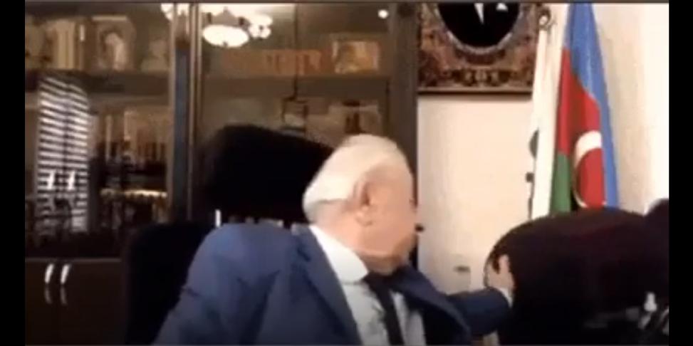 阿塞拜疆总统忘记关摄像头直播摸秘书屁股